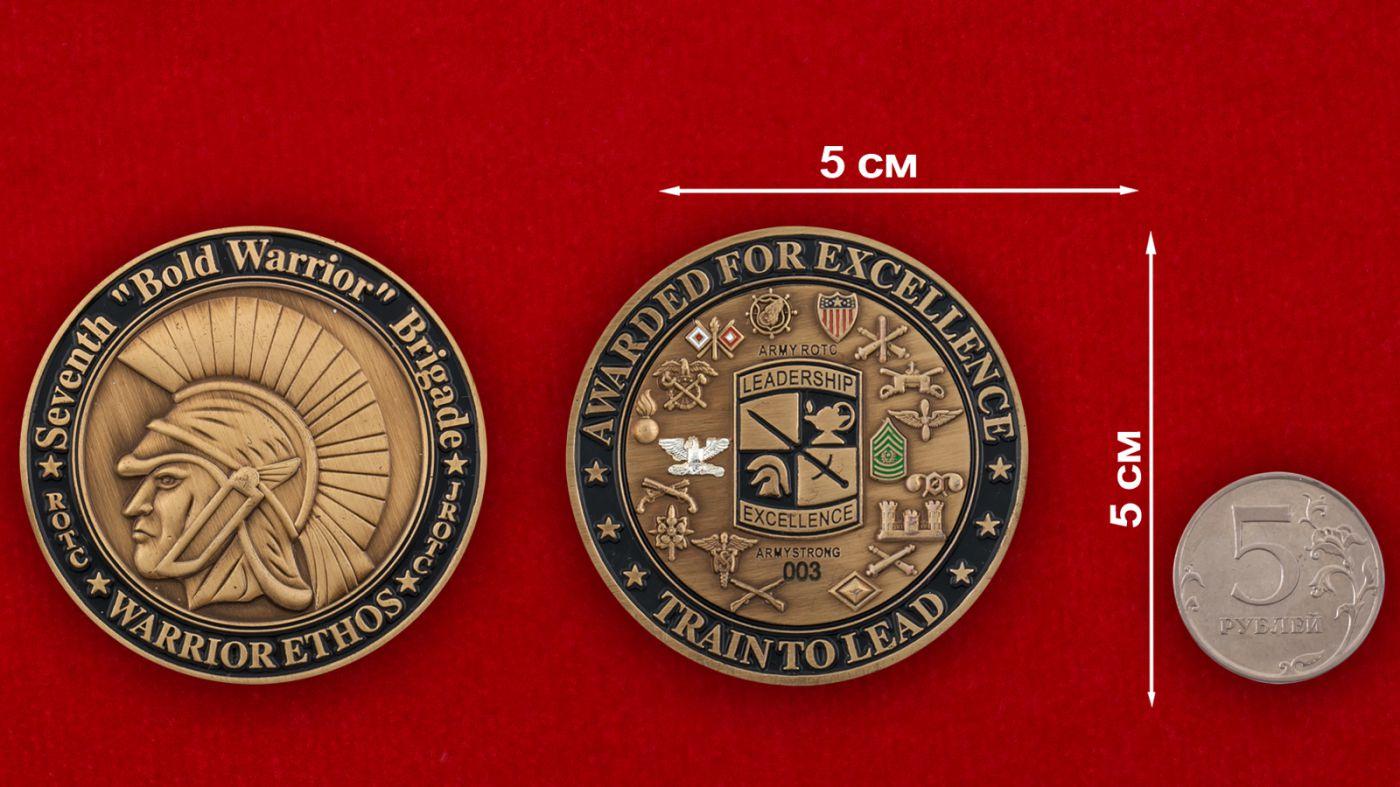 Челлендж коин 7-го Учебного корпуса под руководством офицеров запаса, Форт Нокс, Кентукки - сравнительный размер