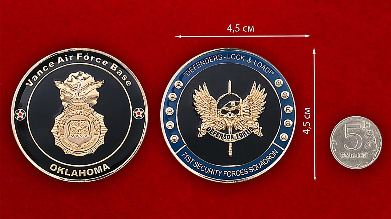 Челлендж коин 71-й эскадрильи сил безопасности авиабазы Вэнс, Оклахома - сравнительный размер
