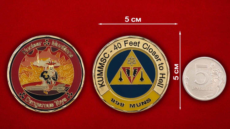 Челлендж коин 898-й эскадрильи Службы ядерного вооружения ВВС США - сравнительный размер