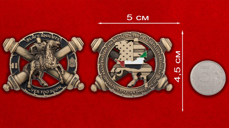 """Челлендж коин батареи """"Браво"""" 5-го батальона 3-го полка Полевой артиллерии Армии США - сравнительный размер"""
