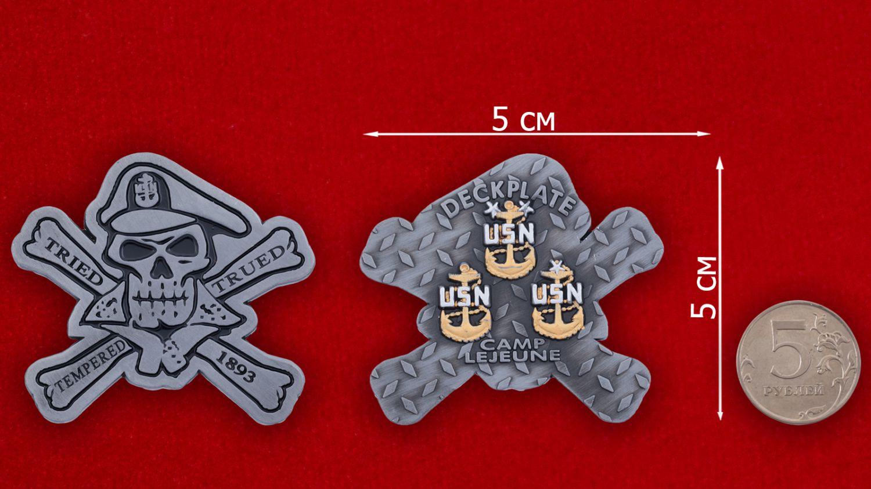 Челлендж коин Базы Кэмп-Леджен Корпуса Морской пехоты США - сравнительный размер