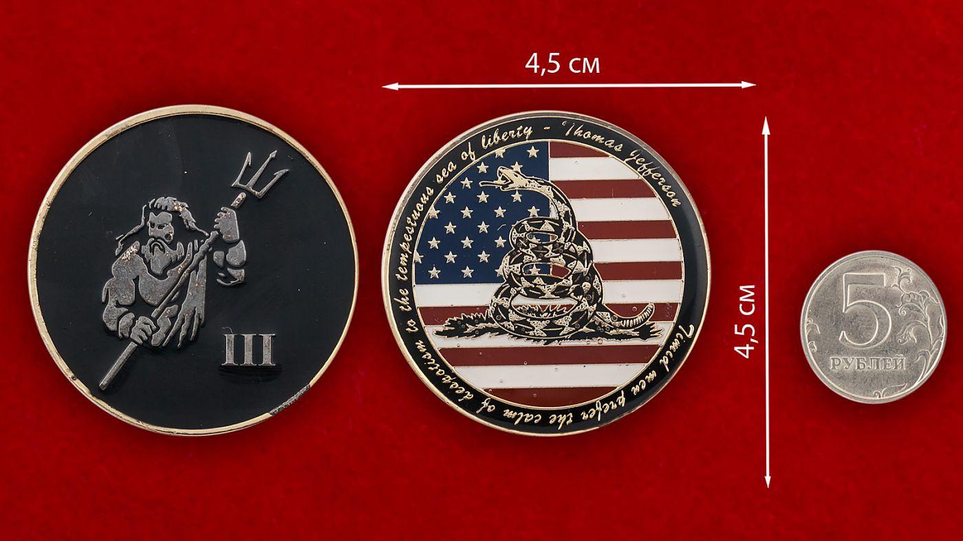 """Челлендж коин """"Декларация за независимость США Томаса Джефферсона"""" - сравнительный размер"""