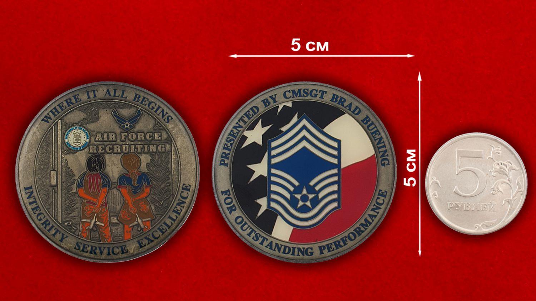 Челлендж коин Департамента подбора персонала ВВС США - сравнительный размер