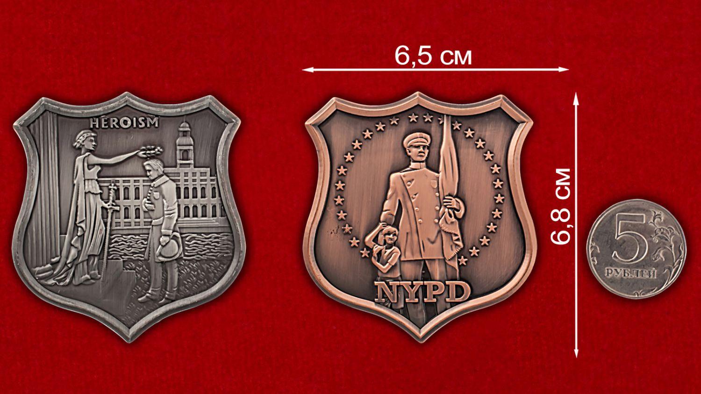 Челлендж коин Департамента полиции Нью-Йорка - сравнительный размер