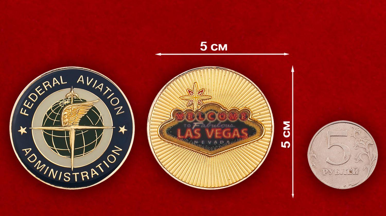 Челлендж коин Федерального управления гражданской авиации в Лас-Вегасе - сравнительный размер