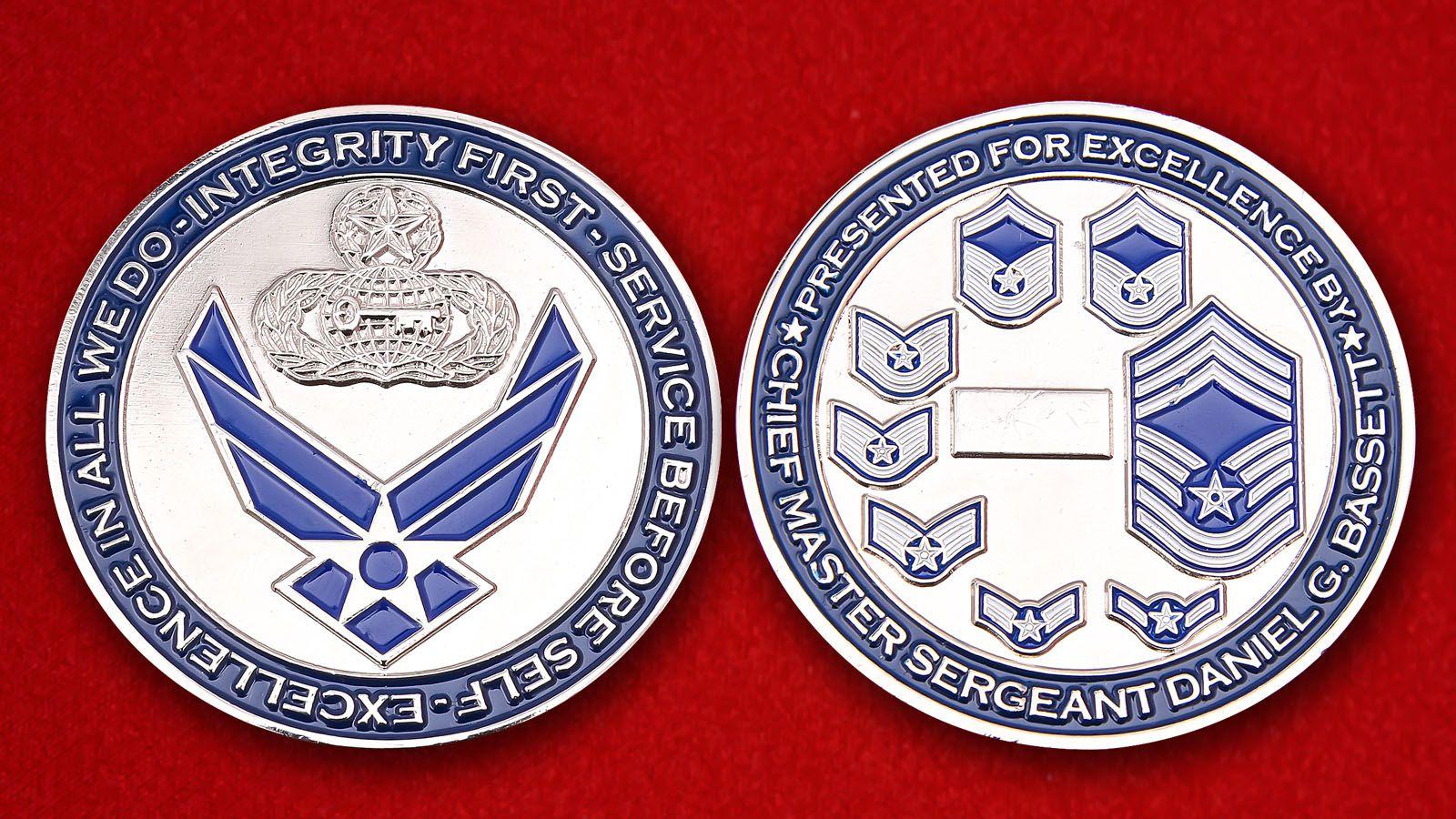 """Челлендж коин """"Главному Мастер-сержанту ВВС США Даниэлю Г. Бассету за отличную службу""""  - аверс и реверс"""