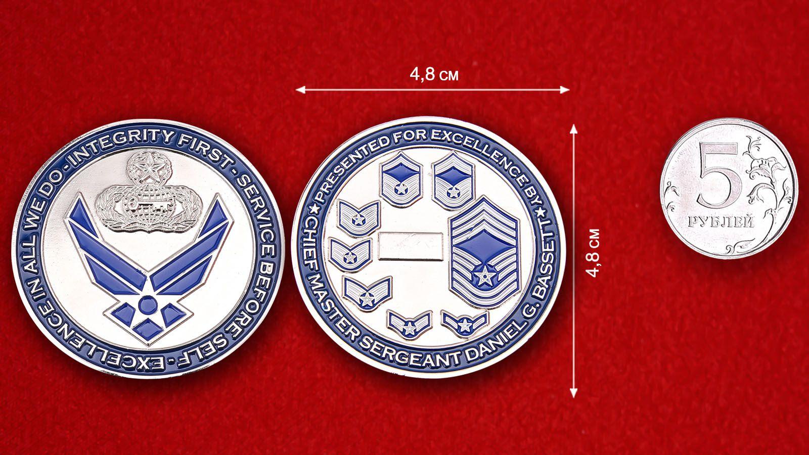 """Челлендж коин """"Главному Мастер-сержанту ВВС США Даниэлю Г. Бассету за отличную службу""""  - сравнительный размер"""