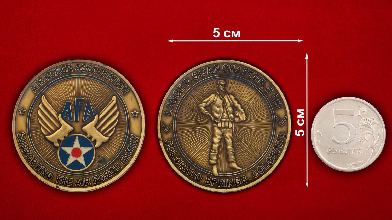 Челлендж коин главы Ассоциации поддержки семей ветеранов и военнослужащих ВВС США в Колорадо-Спрингс - сравнительный размер