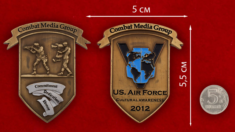 Челлендж коин группы по уважению к культуре и традициям других народов при пресс-службе ВВС США - сравнительный размер