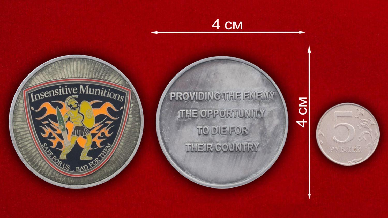 """Челлендж коин """"Инертные боеприпасы"""" специалистов служб ракетно-артиллерийского вооружения ВС США - сравнительный размер"""