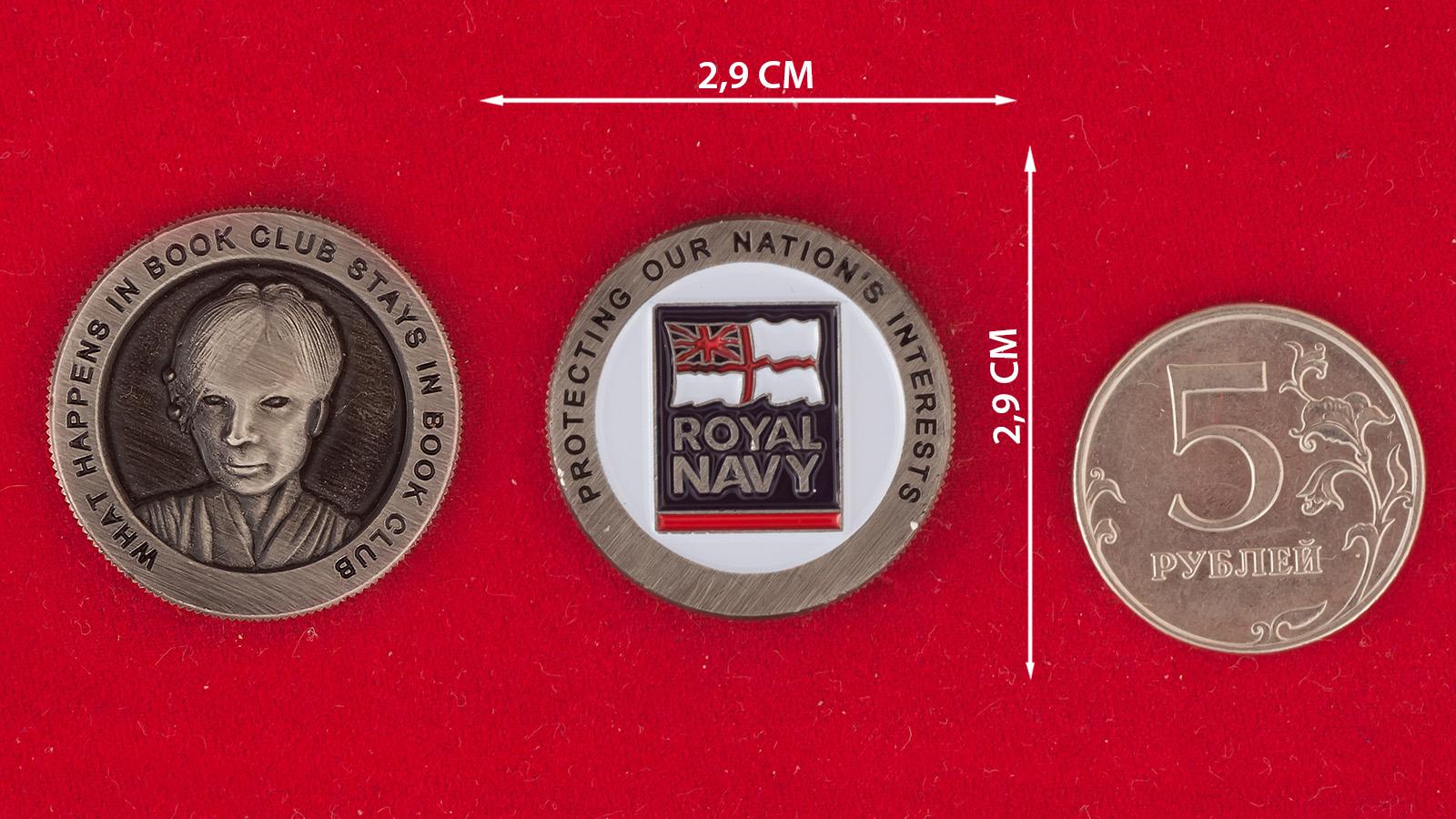Челлендж коин книжного клуба Королевских ВМС Великобритании - сравнительный размер
