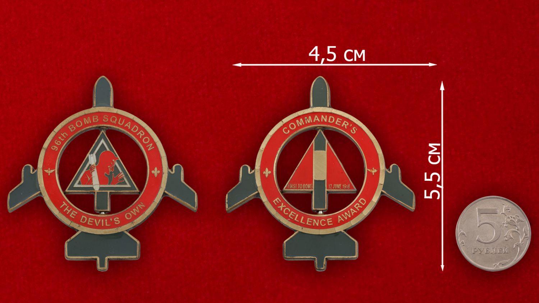 Челлендж коин командира 96-й эскадрильи стратегических бомбардировщиков - сравнительный размер