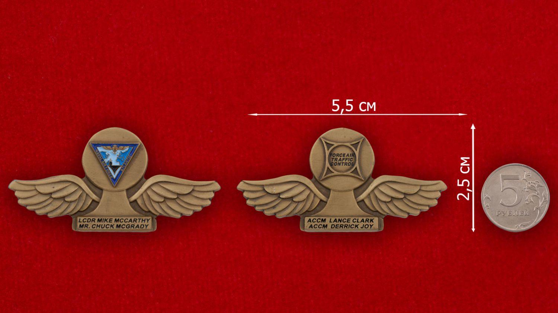 Челлендж коин Командующего воздушными силами Атлантического флота США - сравнительный размер