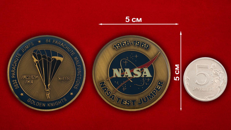Челлендж коин команды НАСА по тестированию парашютстов в стратосфере - сравнительный размер