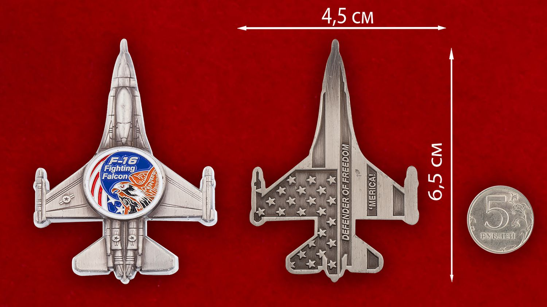 """Челлендж коин """"Легкий истребитель ВВС США F-16 Fighting Falcon"""" - сравнительный размер"""