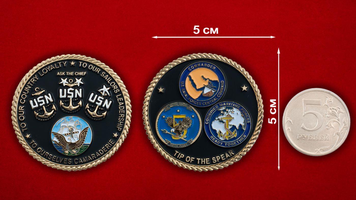 Челлендж коин личного состава 5-го флота ВМС США - сравнительный размер