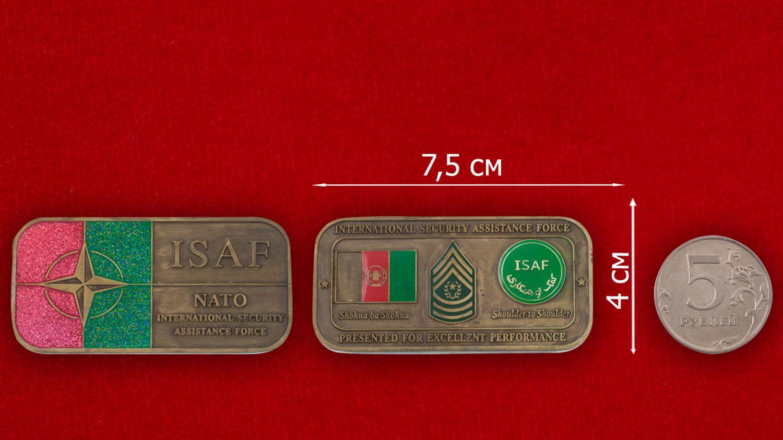 Челлендж коин Международных сил содействия безопасности НАТО в Афганистане - сравнительный размер
