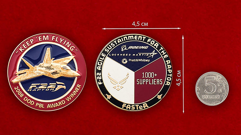 """Челлендж коин """"Многоцелевой истребитель F-22 Раптор"""" - сравнительный размер"""