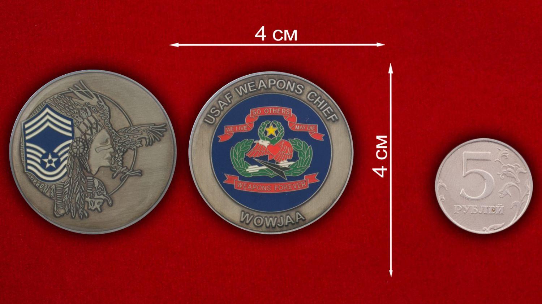 Челлендж коин начальника Управления вооружения ВВС США - сравнительный размер
