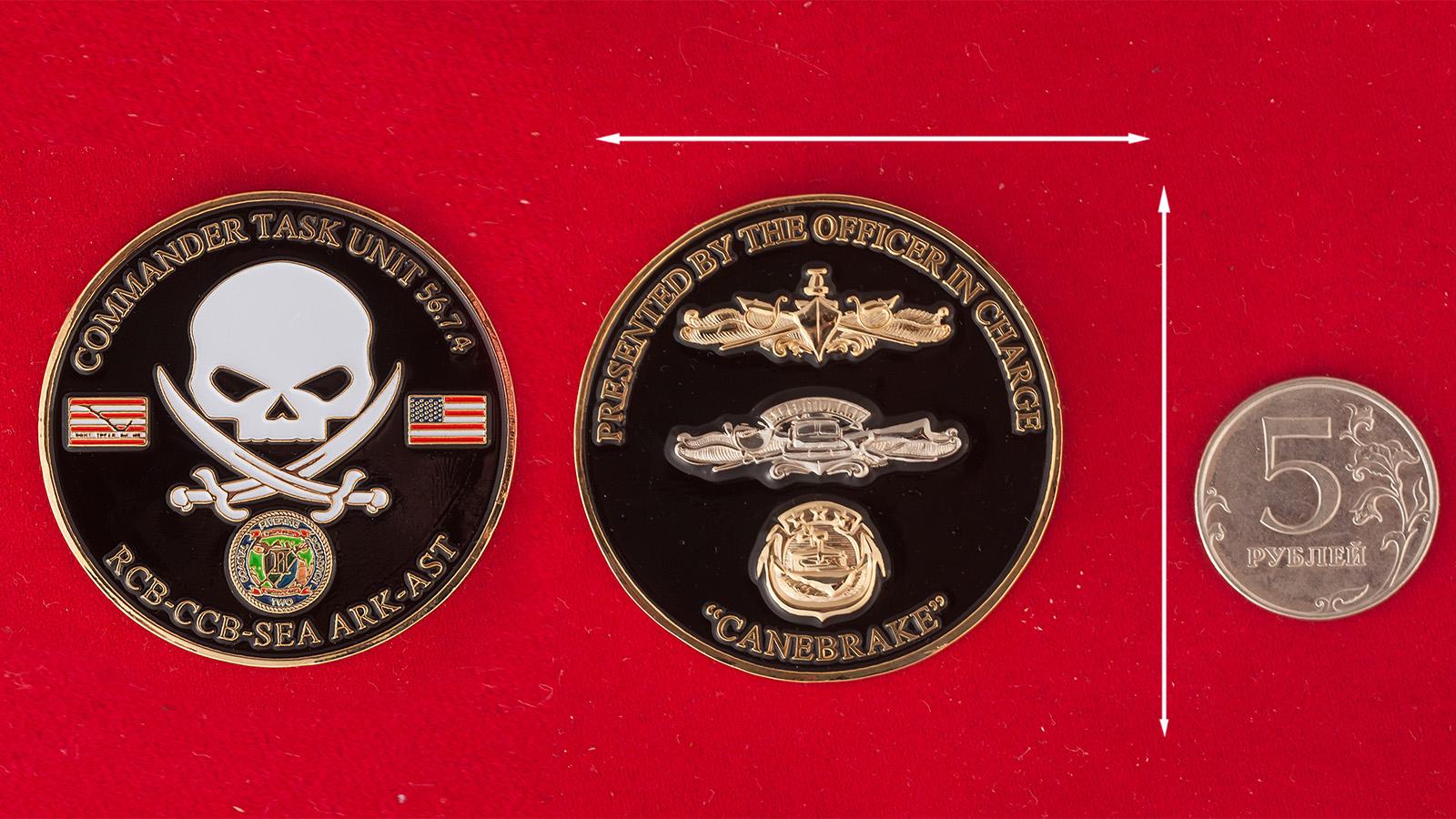 """Челлендж коин """"Оперативный отряд 56.7.4. 4-го дивизиона речных катеров ВМС США в Бахрейне"""" - сравнительный размер"""
