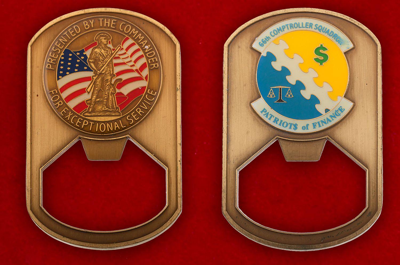 """Челлендж коин-открывалка """"66-й эскадрилье финансовой инспекции ВВС США от командования"""" - аверс и реверс"""