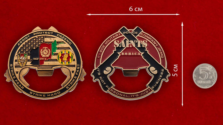 """Челлендж коин-открывашка """"1-му взводу 202-й роты Военной полиции Армии США за операцию Несокрушимая свобода"""" - сравнительный размер"""