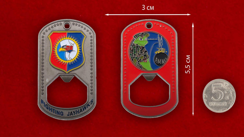 Челлендж коин-открывашка 184-го разведывательного крыла ВВС Нацгвардии США - сравнительный размер