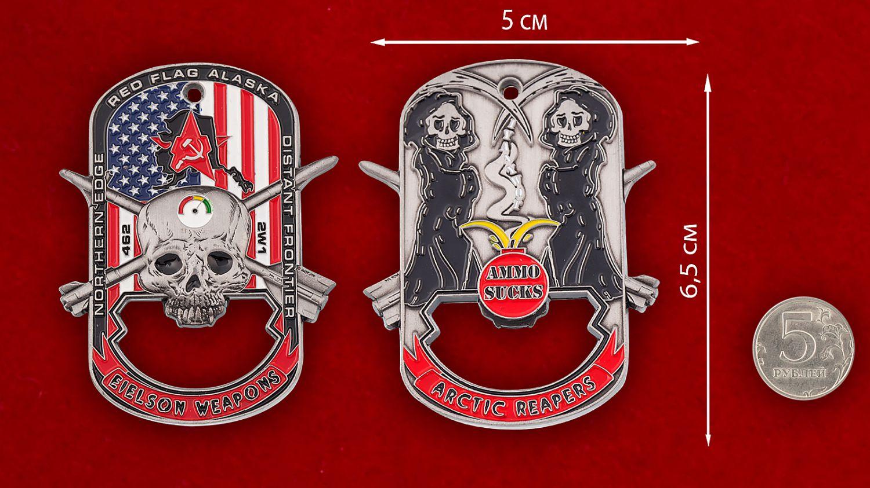 """Челлендж коин-открывашка """"Служба авиационного вооружения базы Эльсон ВВС США"""" - сравнительный размер"""