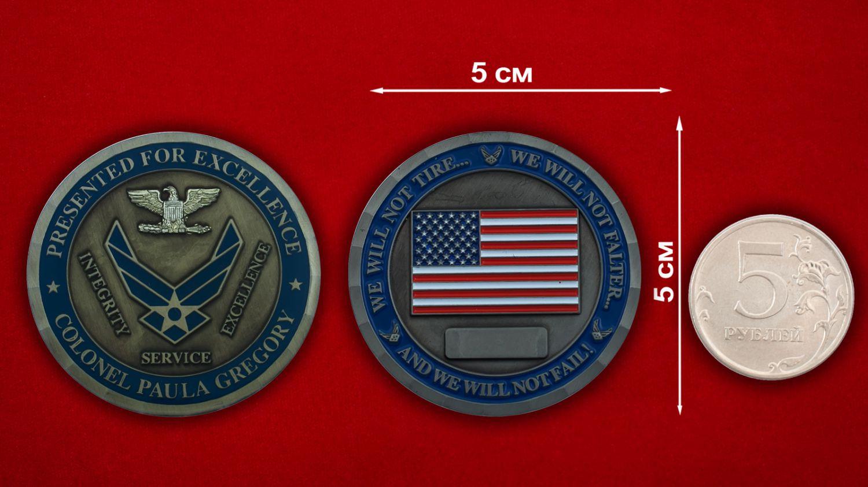 """Челлендж коин """"Полковнику ВВС США Паулю Грегори"""" - сравнительный размер"""