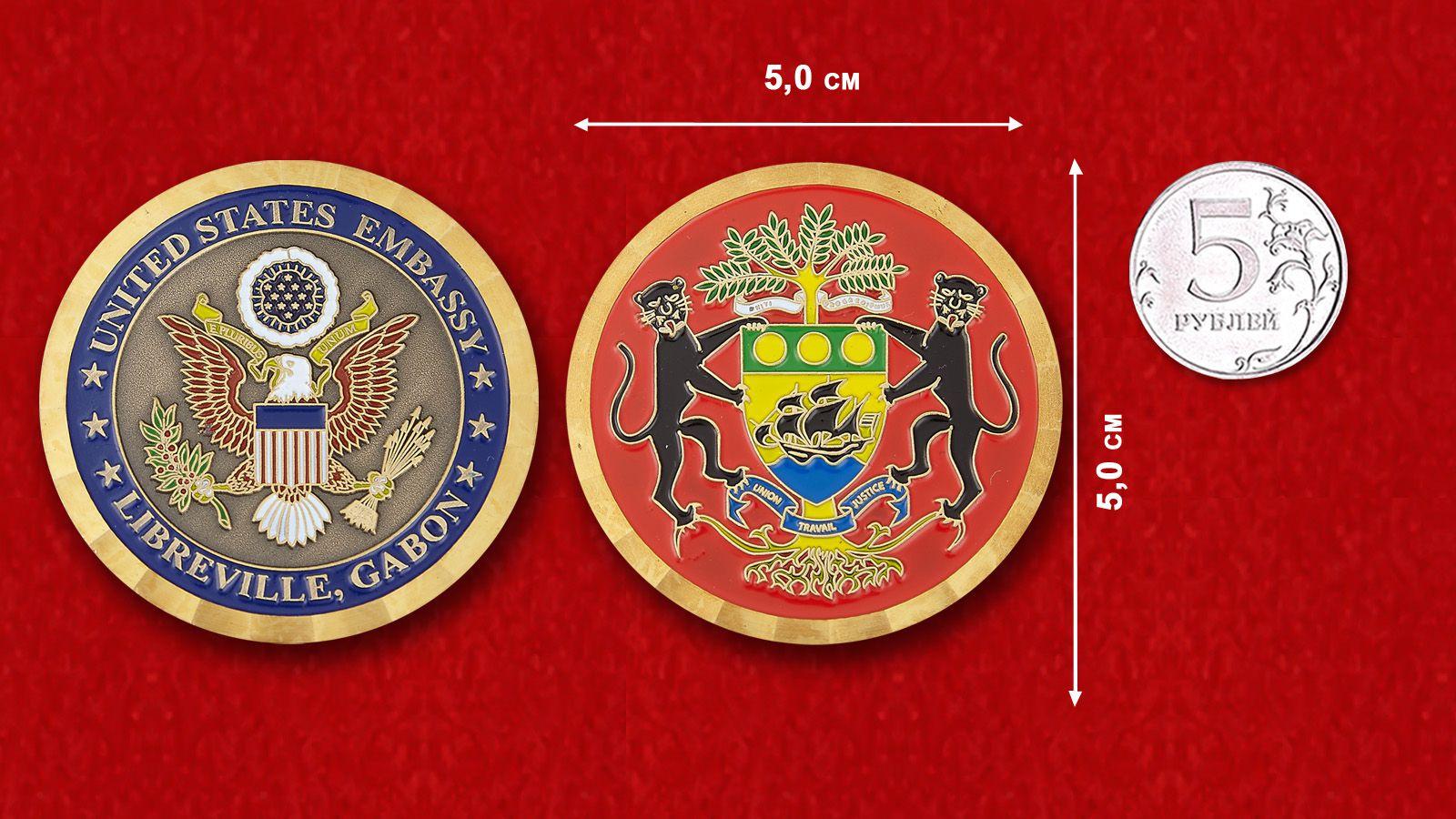 Челлендж коин посольства США в Либревиле - сравнительный размер