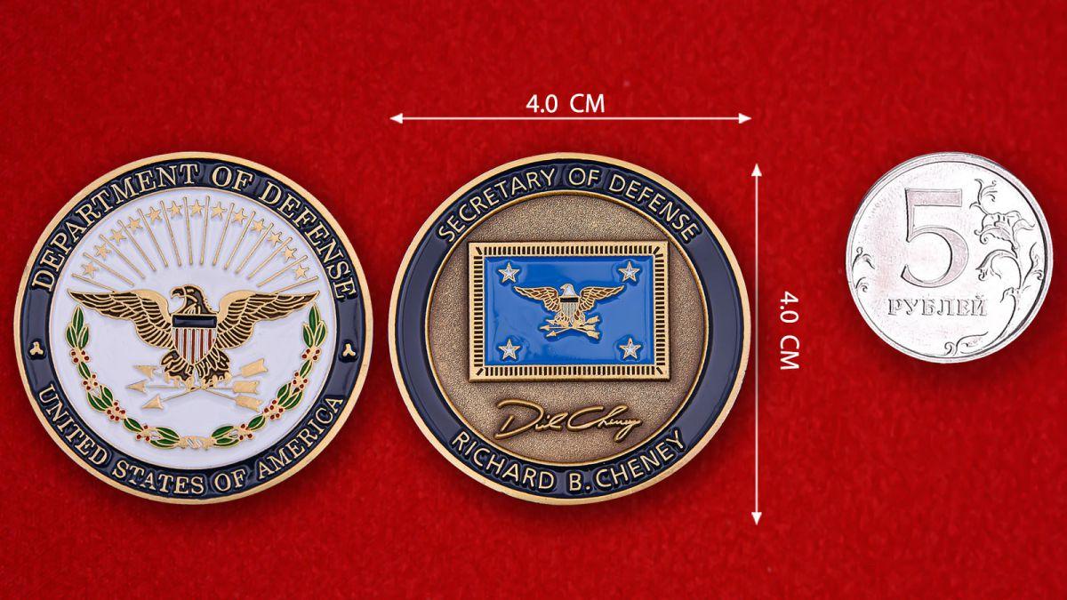Челлендж коин секретаря Госдепартамента США Ричарда Чейни - сравнительный размер