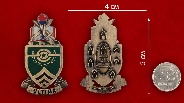 Челлендж коин Школы сержантов Армии США в Форте Блисс - сравнительный размер