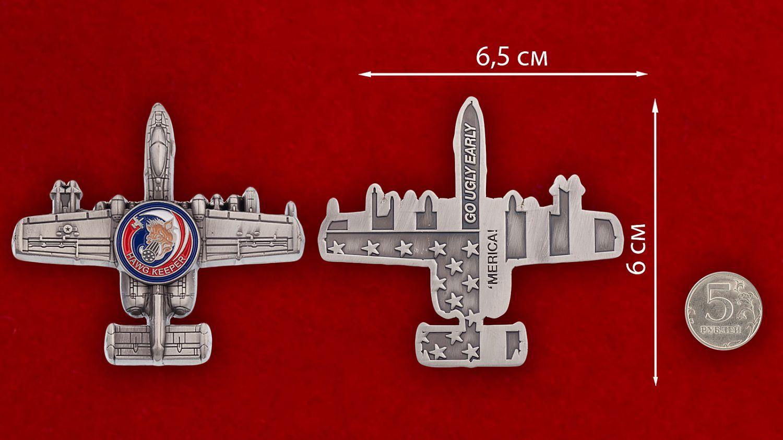 """Челлендж коин """"Штурмовик ВВС США Fairchild Republic A-10 Thunderbolt II"""" - сравнительный размер"""