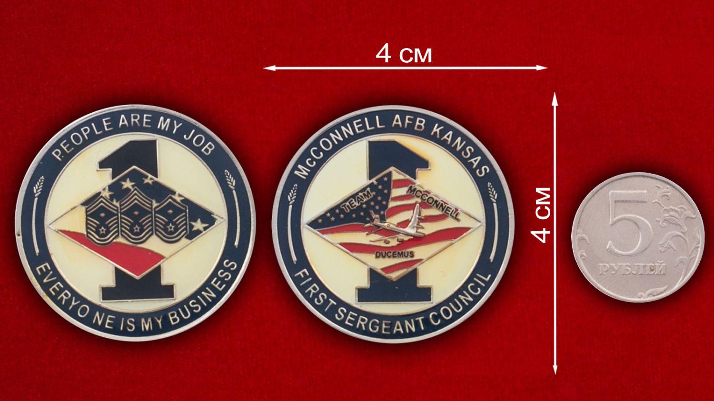 Челлендж коин Совета старшин авиабазы Макконнел - сравнительный размер