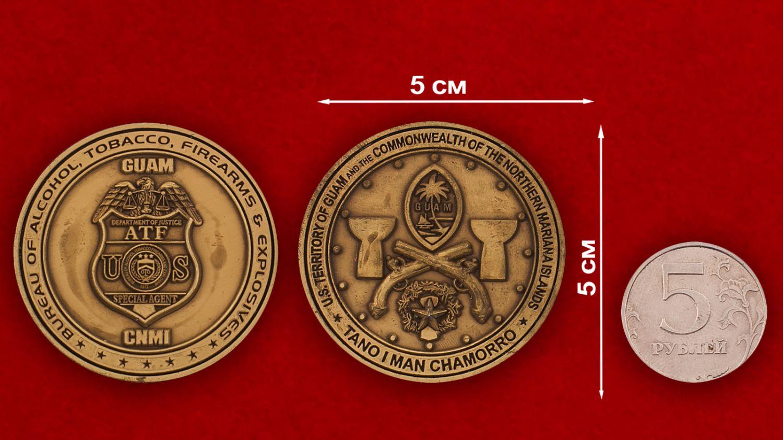 Челлендж коин спецагента Министерства юстиции США на Гуаме - сравнительный размер