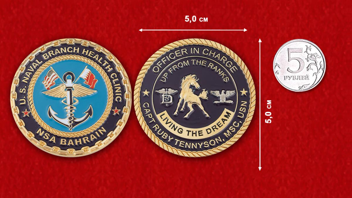 """Челлендж коин """"Специалист по работе с общественностью Отделения клиники здоровья ВМС США в Бахрейне капитан Руби Теннисон"""" - сравнительный размер"""