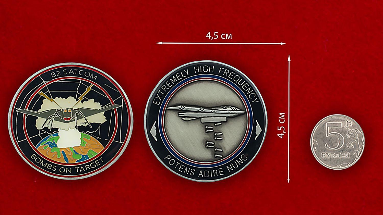 Челлендж коин спутников наведения бомбардировщиков ВВС США - сравнительный размер
