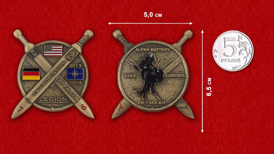 """Челлендж коин """"Старший сержант Робинсон, капитан Фалкон. 5-й батальон 7-го артиллерийского полка ПВО"""" - сравнителный размер"""
