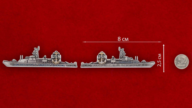 Челлендж коин сторожевика ВМС США USS Typhoon (PC-5) - сравнительный размер
