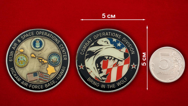 Челлендж коин Ценра Воздушно-космических операций авиабазы Хикэм ВВС США - сравнительный размер