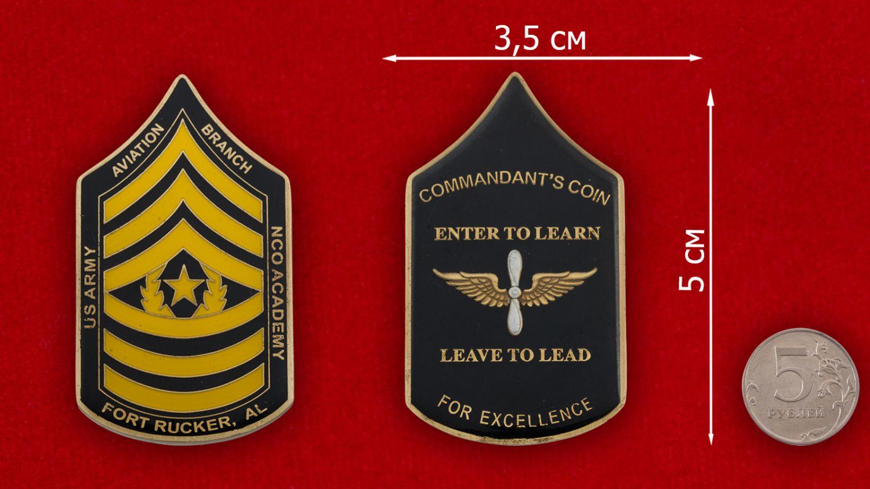 Челлендж коин Центра повышения квалификации Армейской авиации США в Форте Руперт - сравнительный размер