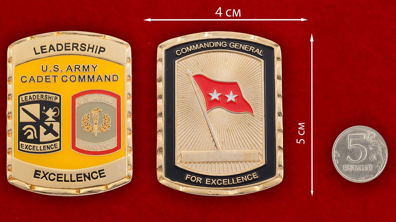 Челлендж коин участников программы школы по вневойсковой подготовке младших офицеров Армии США - сравнительный размер