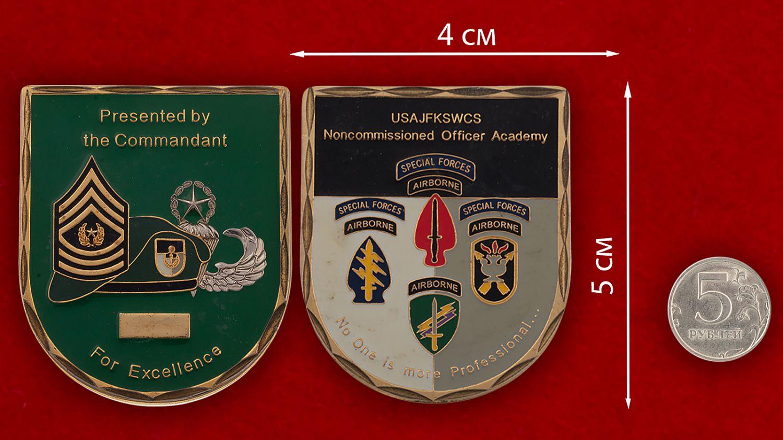 Челлендж коин Учебного центра имени Джона Кеннеди Командования Специальных операций - сравнительный размер