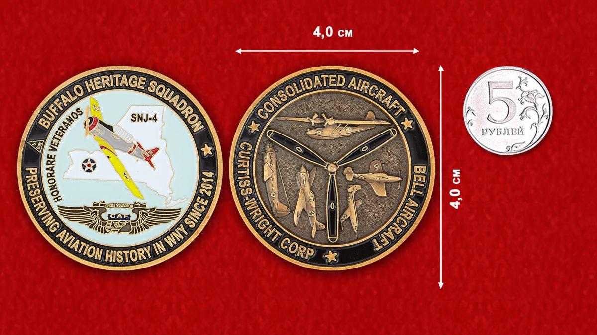 """Челлендж коин """"Учебный самолет ВВС США SNJ-4 на историческом авиашоу в Буффало""""  - равнительный размер"""