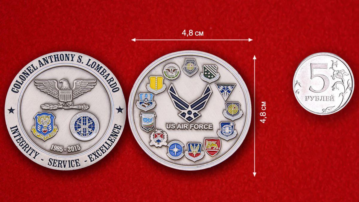 """Челлендж коин ВВС США """"Полковнику Энтони С. Ломбардо"""" - сравнительный размер"""
