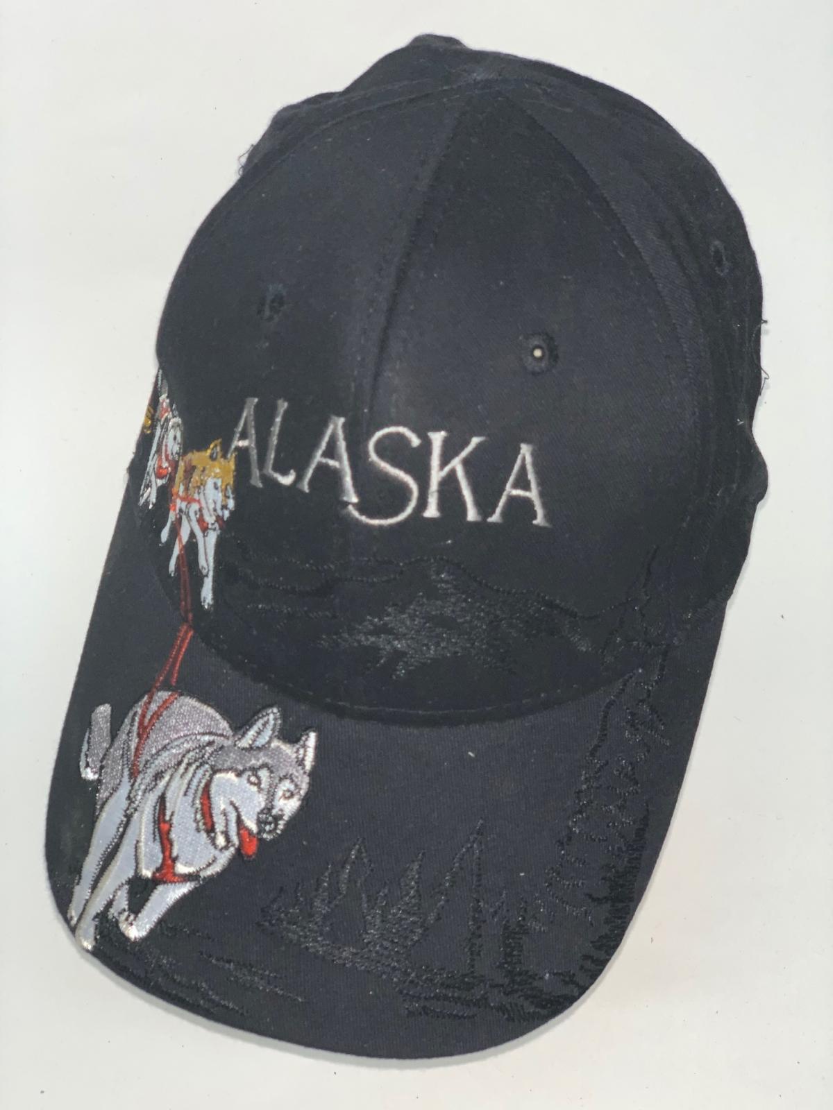 Черная бейсболка Alaska с вышитыми хаски