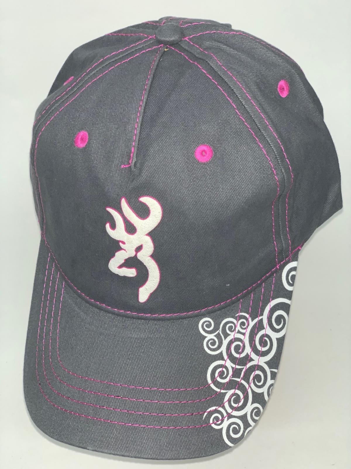 Черная бейсболка Browning с розовой прострочкой и белым принтом