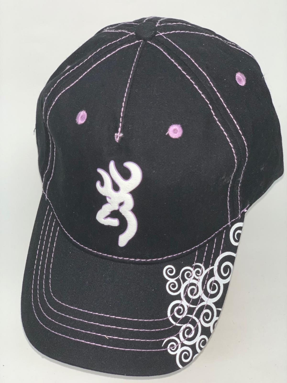 Черная бейсболка Browning с сиреневой прострочкой и белым принтом