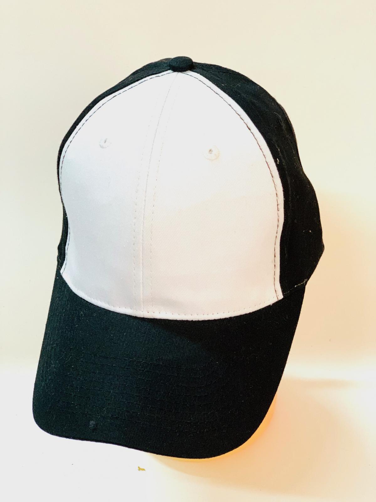 Черная бейсболка с белыми вставками на тулье