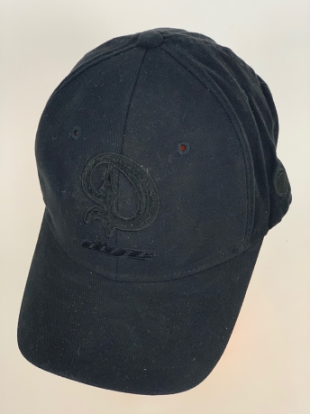 Черная бейсболка с черной вышивкой Dye